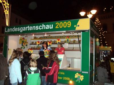 Der Werbewagen des Fördervereins Sächsische Landesgartenschau 2009 auf dem Reichenbacher Weihnachtsmarkt.