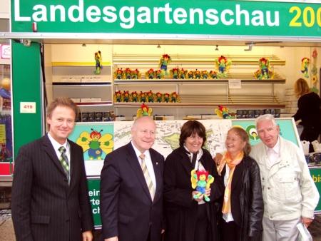 Ministerpräsident Georg Milbradt am Wagen des Fördervereins der 5. Sächsischen Landesgartenschau 2009