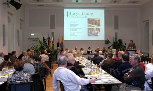 Das Landesgartenschau-Fieber hat Reichenbach ergriffen. Der Ratssaal war gestern Abend durch die Mitglieder des Fördervereins gefüllt. Am Pult: Vereinschef Stefan Fraas.   –Fotos: Franko Martin